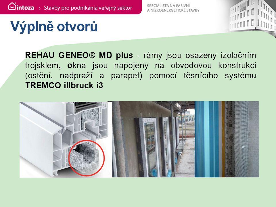Výplně otvorů REHAU GENEO® MD plus - rámy jsou osazeny izolačním trojsklem, okna jsou napojeny na obvodovou konstrukci (ostění, nadpraží a parapet) pomocí těsnícího systému TREMCO illbruck i3
