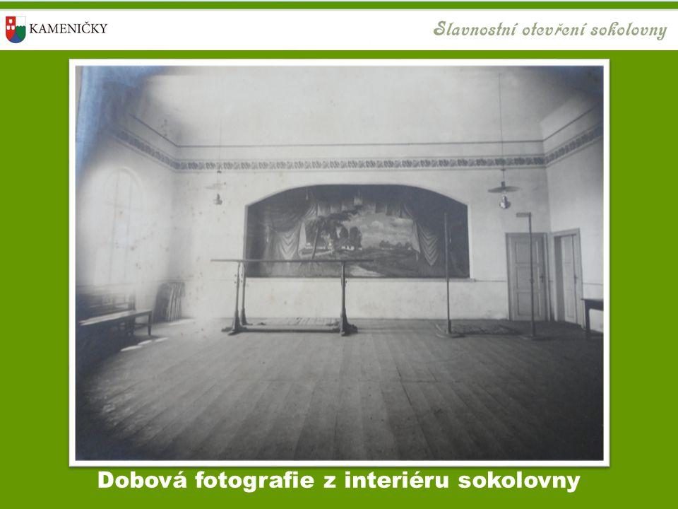 Dobová fotografie z interiéru sokolovny