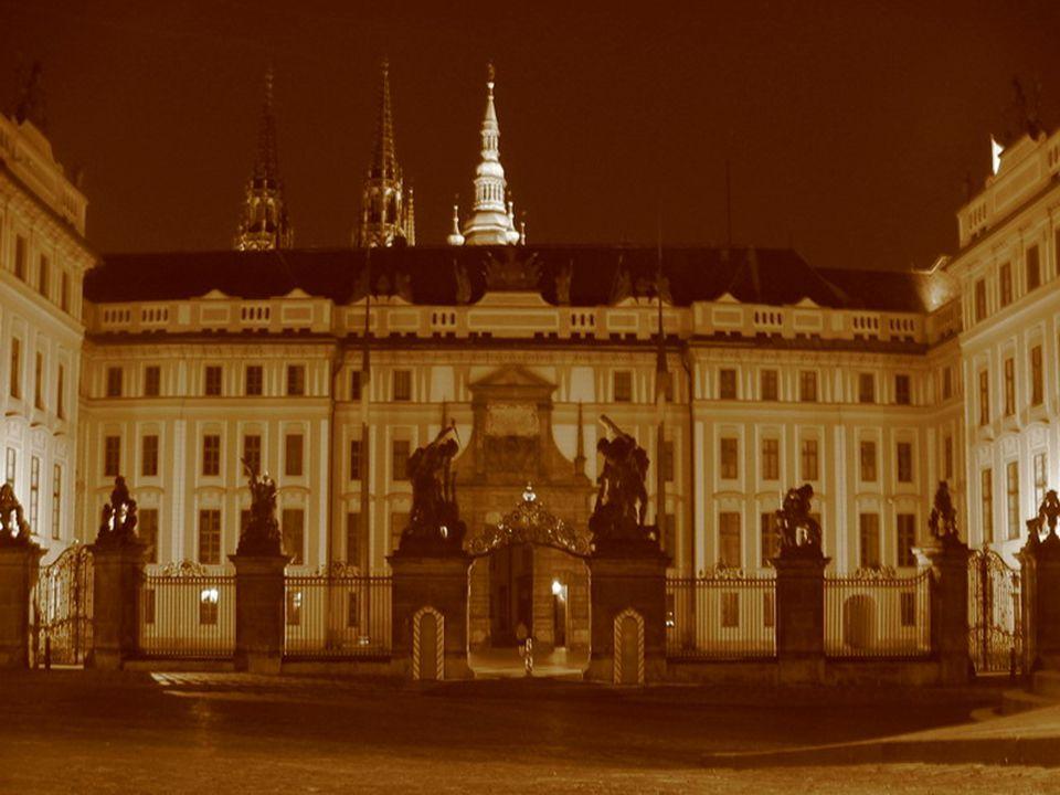 Pražský hrad v raném středověku Stavbu vlastního hradu zahájil nejspíš Bořivojův syn Spytihněv I.