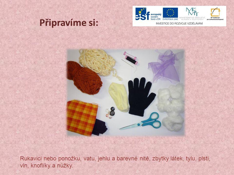 Připravíme si: Rukavici nebo ponožku, vatu, jehlu a barevné nitě, zbytky látek, tylu, plsti, vln, knoflíky a nůžky.