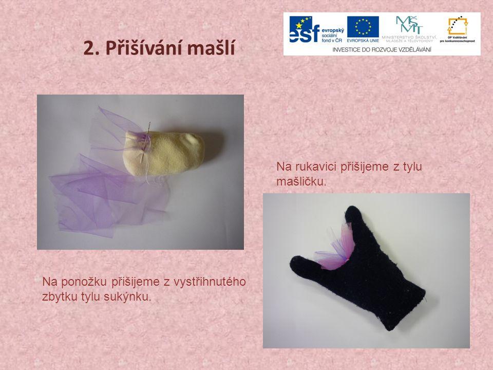3.Zdobení Aby panenka pěkně stále, přišijeme tři vrstvy tylové sukně na sebe.