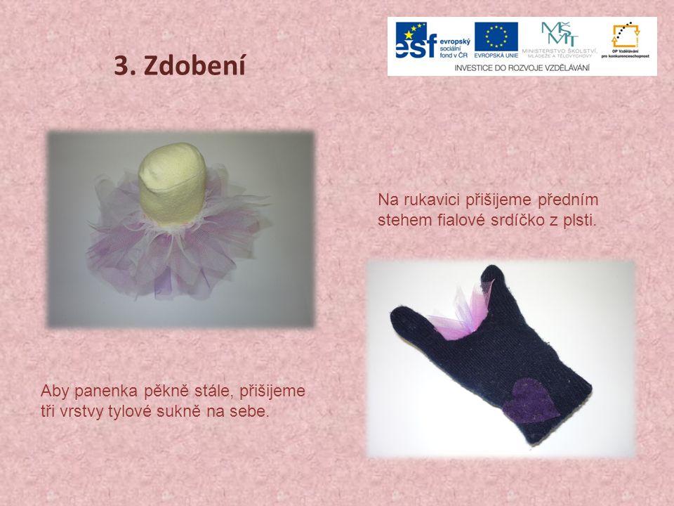 3. Zdobení Aby panenka pěkně stále, přišijeme tři vrstvy tylové sukně na sebe. Na rukavici přišijeme předním stehem fialové srdíčko z plsti.