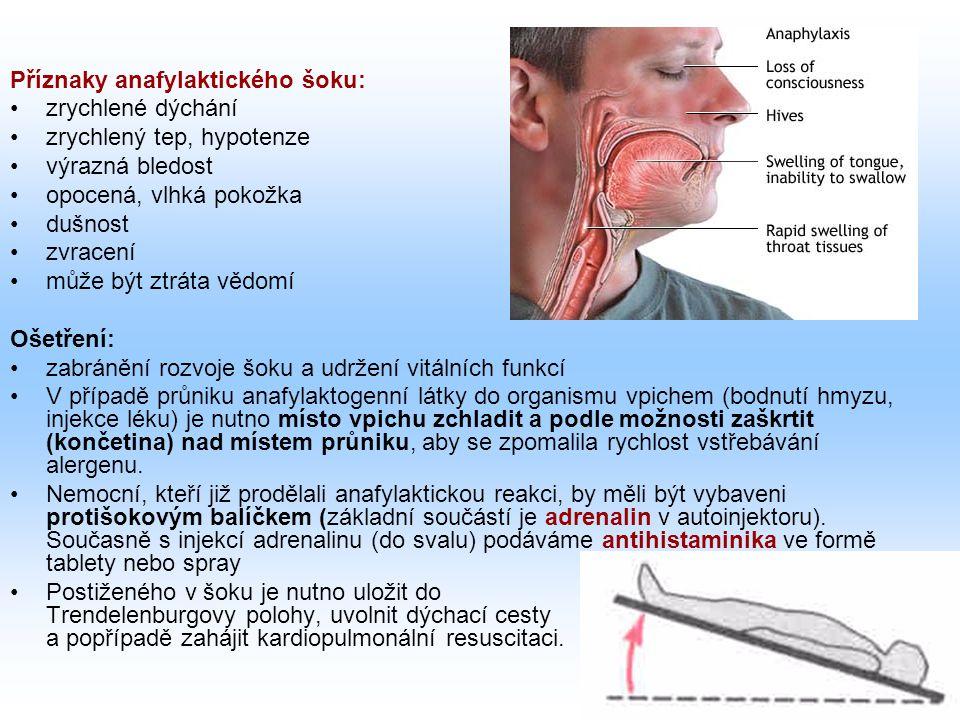 Příznaky anafylaktického šoku: zrychlené dýchání zrychlený tep, hypotenze výrazná bledost opocená, vlhká pokožka dušnost zvracení může být ztráta vědomí Ošetření: zabránění rozvoje šoku a udržení vitálních funkcí V případě průniku anafylaktogenní látky do organismu vpichem (bodnutí hmyzu, injekce léku) je nutno místo vpichu zchladit a podle možnosti zaškrtit (končetina) nad místem průniku, aby se zpomalila rychlost vstřebávání alergenu.
