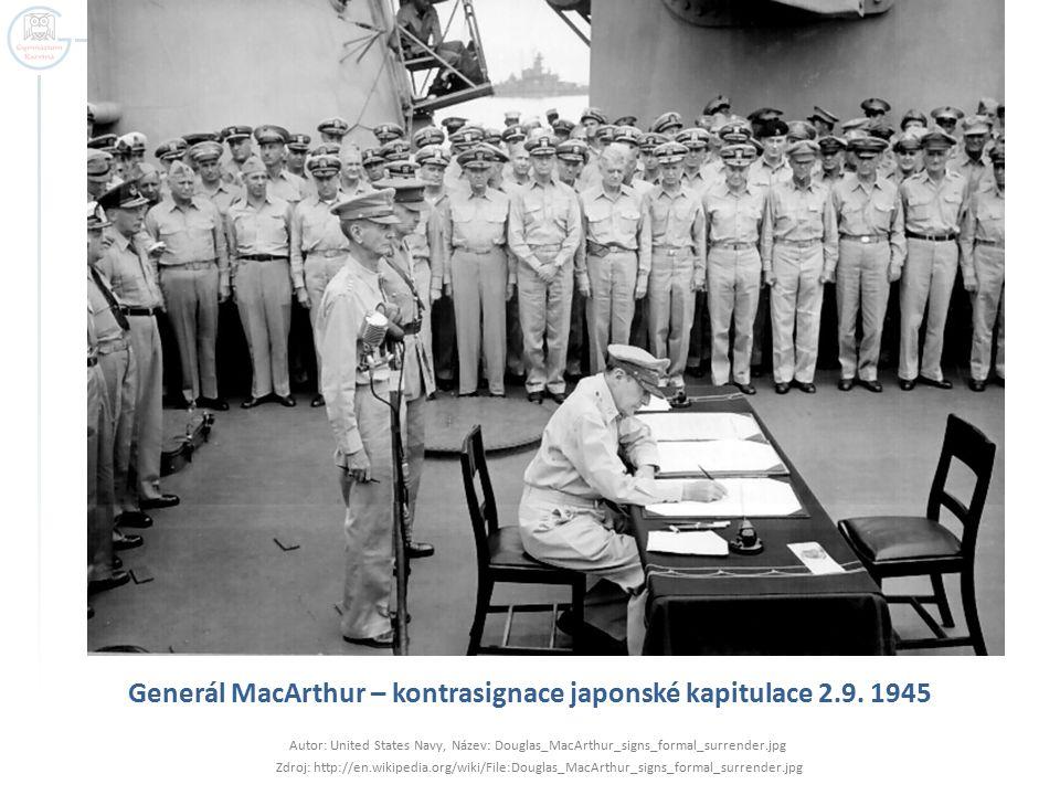 Generál MacArthur – kontrasignace japonské kapitulace 2.9. 1945 Autor: United States Navy, Název: Douglas_MacArthur_signs_formal_surrender.jpg Zdroj: