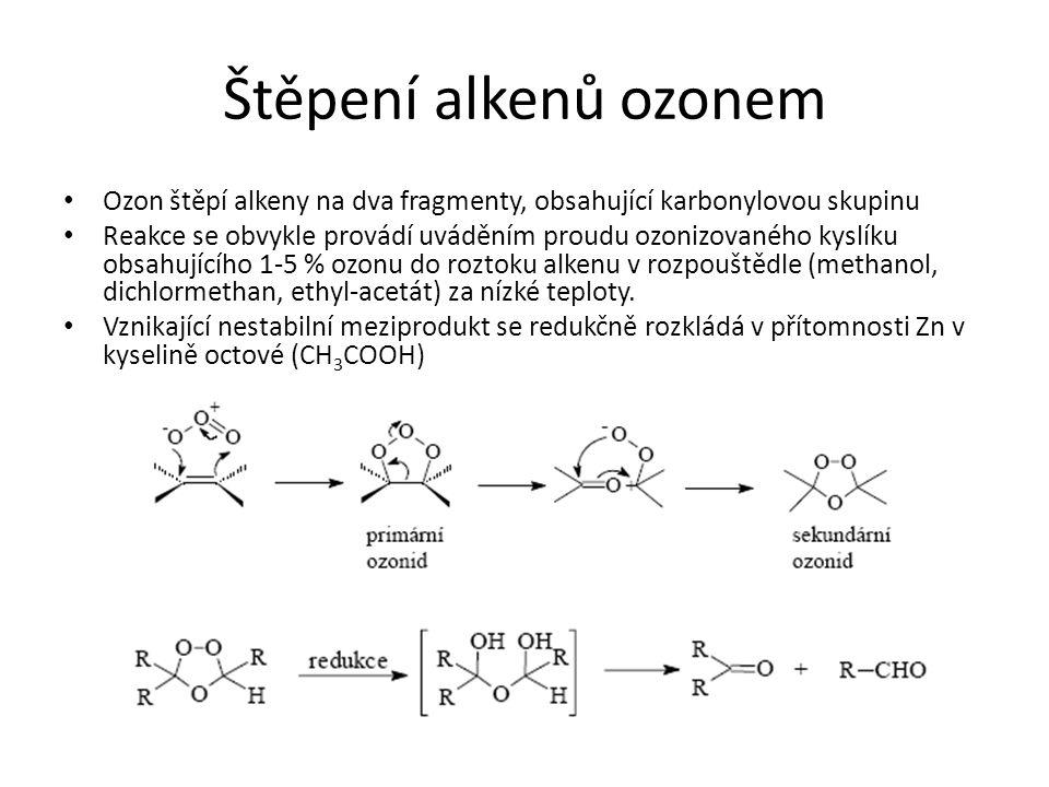 Štěpení alkenů ozonem Ozon štěpí alkeny na dva fragmenty, obsahující karbonylovou skupinu Reakce se obvykle provádí uváděním proudu ozonizovaného kysl