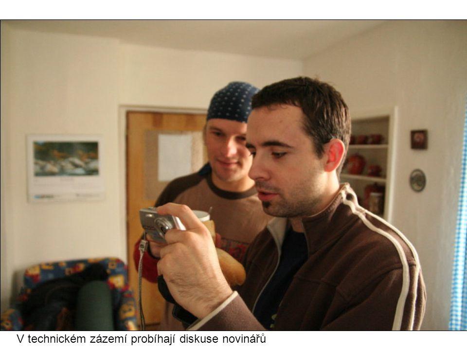V technickém zázemí probíhají diskuse novinářů