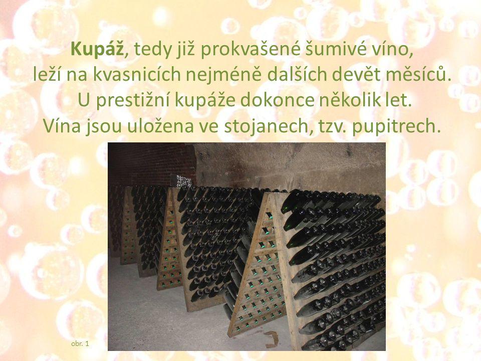 Kupáž, tedy již prokvašené šumivé víno, leží na kvasnicích nejméně dalších devět měsíců.
