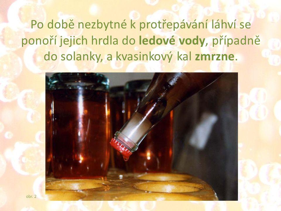 Po době nezbytné k protřepávání láhví se ponoří jejich hrdla do ledové vody, případně do solanky, a kvasinkový kal zmrzne.