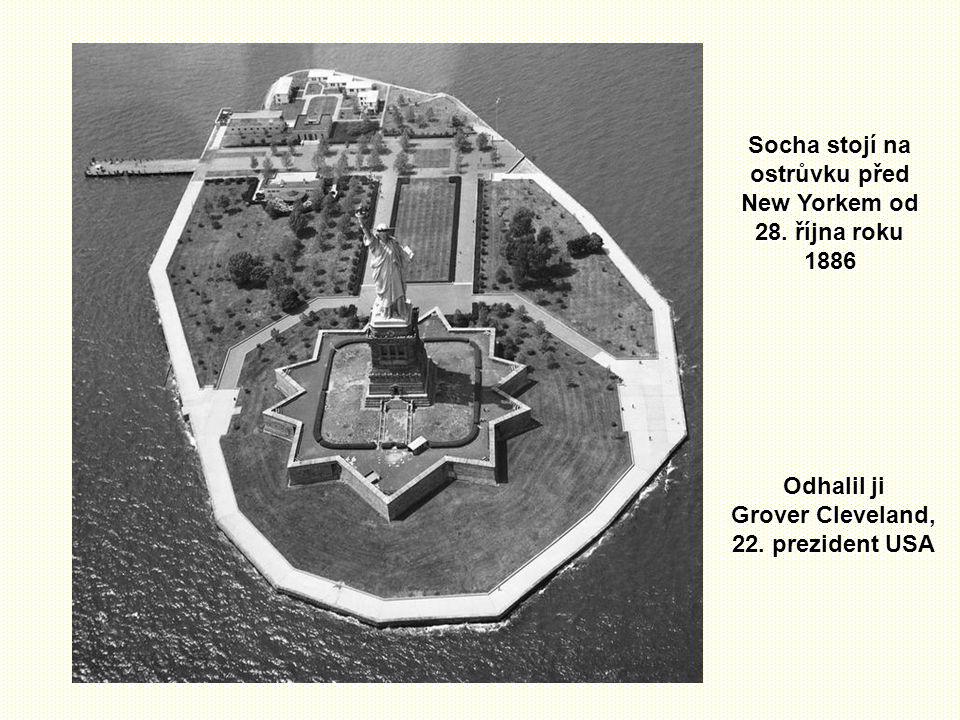 Socha stojí na ostrůvku před New Yorkem od 28.října roku 1886 Odhalil ji Grover Cleveland, 22.