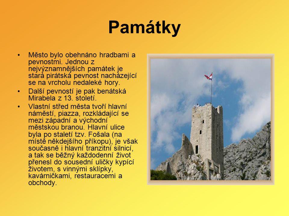 Památky Město bylo obehnáno hradbami a pevnostmi. Jednou z nejvýznamnějších památek je stará pirátská pevnost nacházející se na vrcholu nedaleké hory.