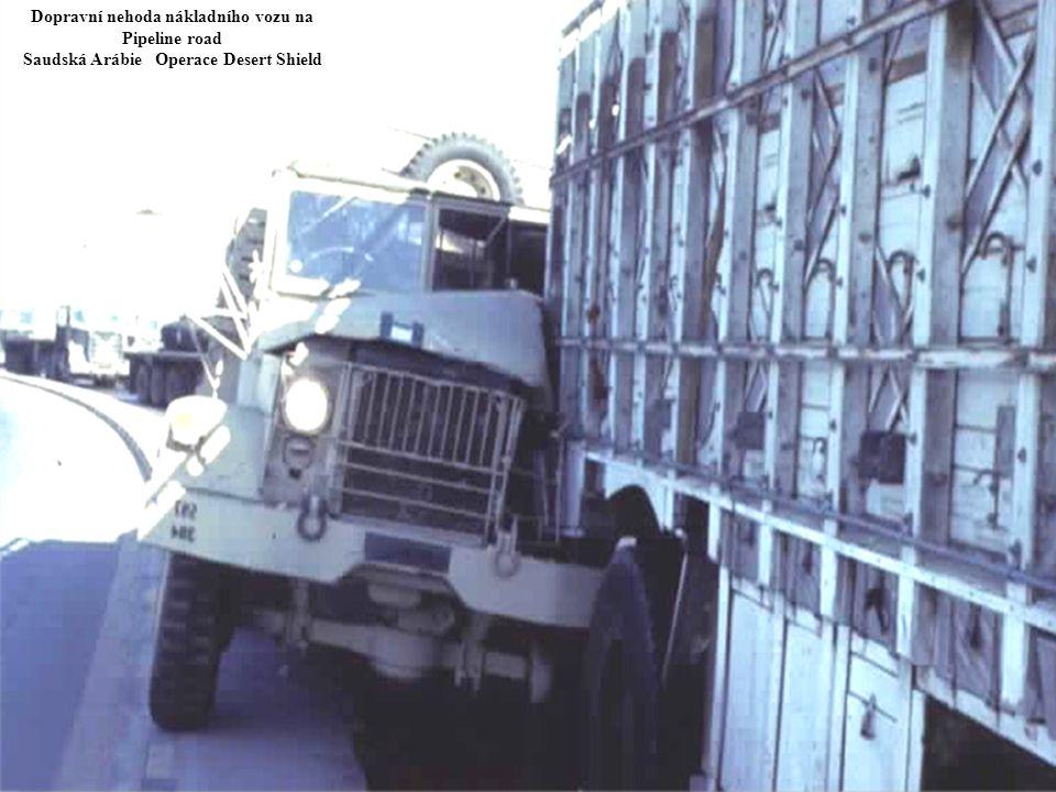 Dopravní nehoda nákladního vozu na Pipeline road Saudská Arábie Operace Desert Shield
