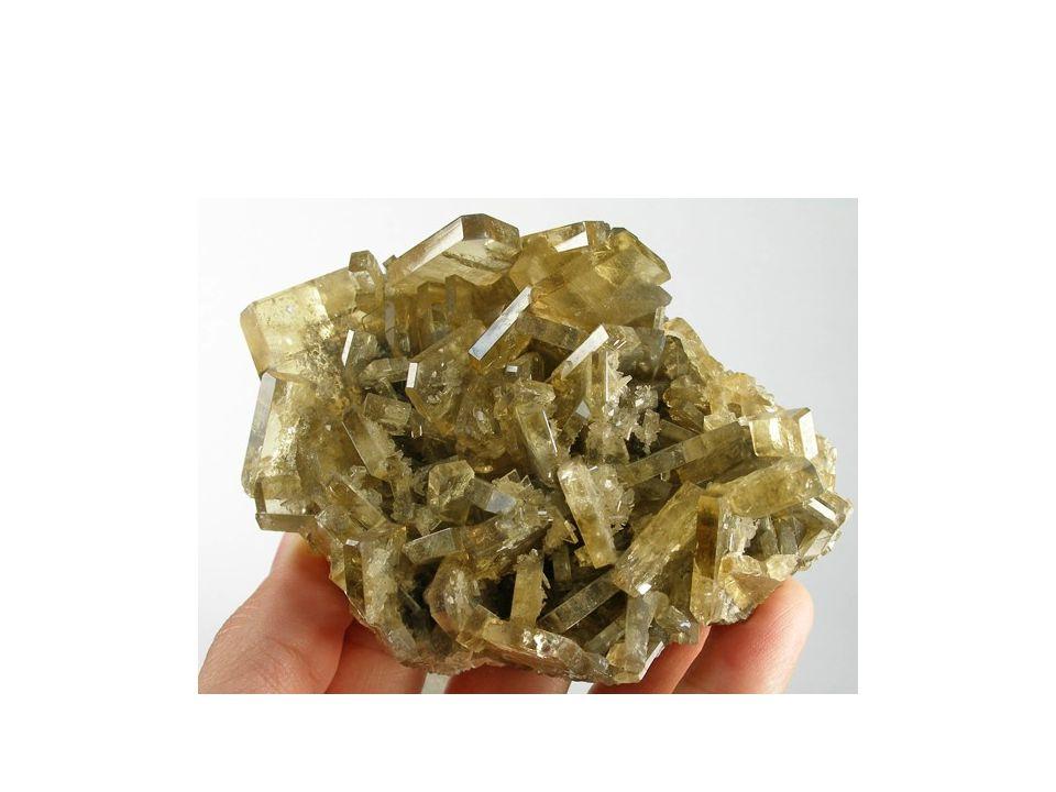 Mineralogický systém Fosforečnany Apatit -Ca5(PO4)3(F,Cl)ρ = 3,2g/cm 3 ; t= 5; šesterečná vlastnosti: bezbarvý nebo růžově zbarvený – zelený, bílý, fialový skelný lesk, vryp podle barev odrůd využití: zdroj fosforu – hnojiva, chemický průmysl naleziště: ČR: Krušné hory Portugalsko, SRN, Kanada, Švédsko, Itálie