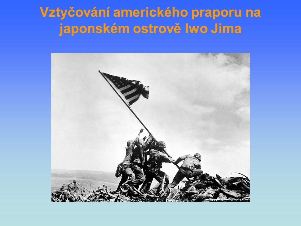 Vztyčování amerického praporu na japonském ostrově Iwo Jima