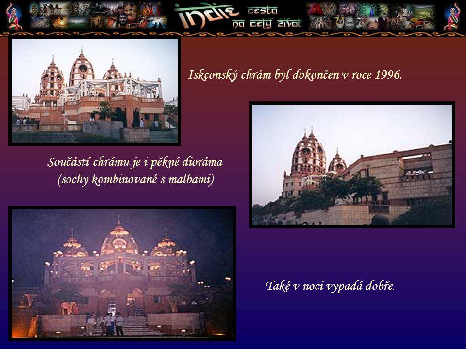 Součástí chrámu je i pěkné dioráma (sochy kombinované s malbami) Iskconský chrám byl dokončen v roce 1996. Také v noci vypadá dobře.