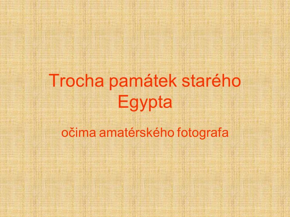 """Memnonovy kolosy Dvě sochy trůnícího faraóna, které zbyly ze zádušního chrámu faraona Memnóna po několika povodňových vlnách, poslední z nich z roku 27 př.n.l., vysoké jsou 18m a jsou z červeného mramoru, před rekonstrukcemi prý """"zpívaly ."""