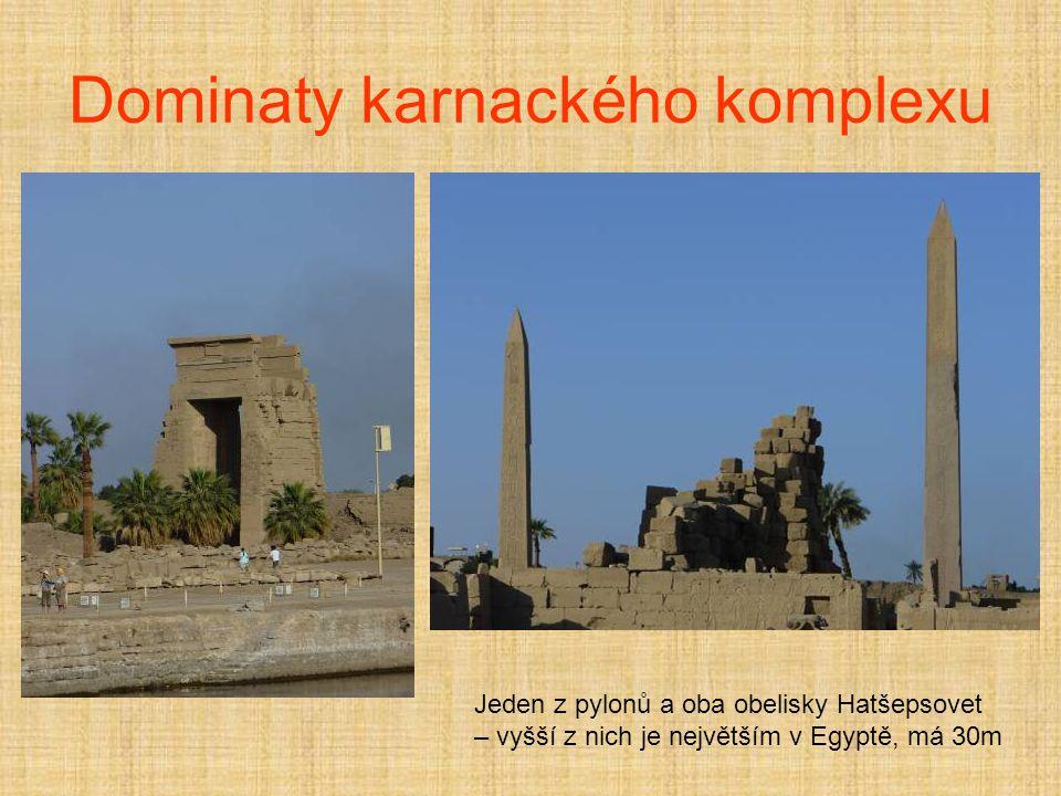 Dominaty karnackého komplexu Jeden z pylonů a oba obelisky Hatšepsovet – vyšší z nich je největším v Egyptě, má 30m