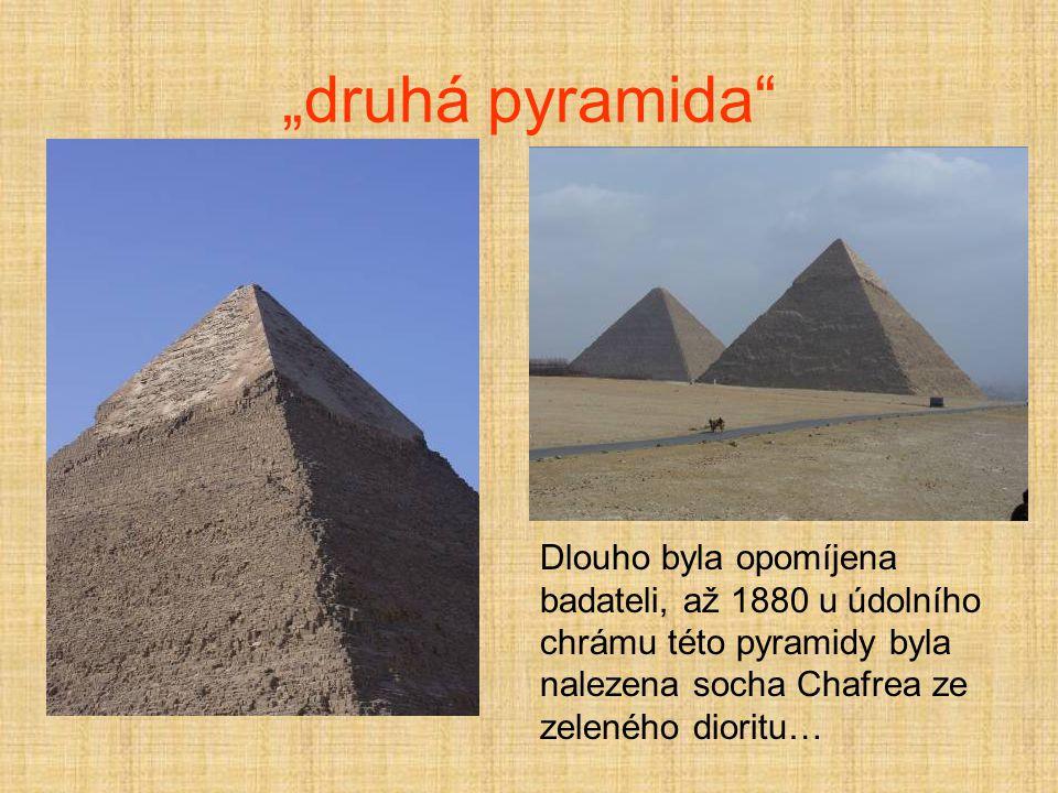 """""""druhá pyramida Dlouho byla opomíjena badateli, až 1880 u údolního chrámu této pyramidy byla nalezena socha Chafrea ze zeleného dioritu…"""