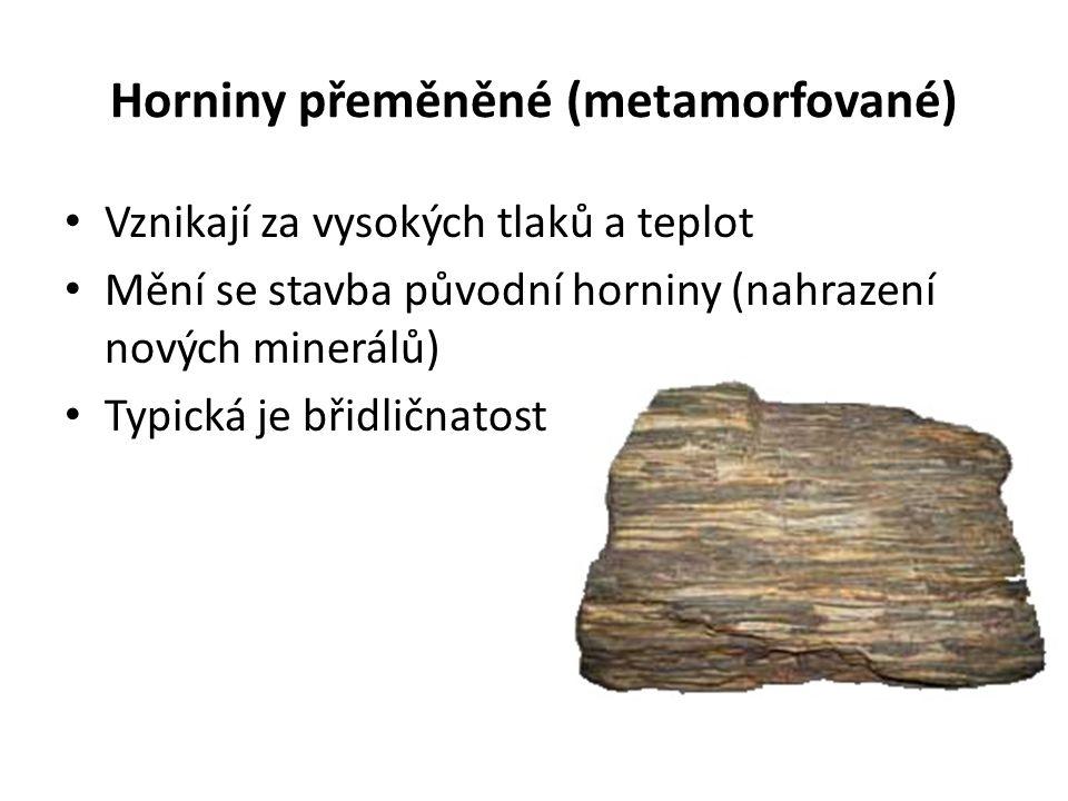 Horniny přeměněné (metamorfované) Vznikají za vysokých tlaků a teplot Mění se stavba původní horniny (nahrazení nových minerálů) Typická je břidličnat