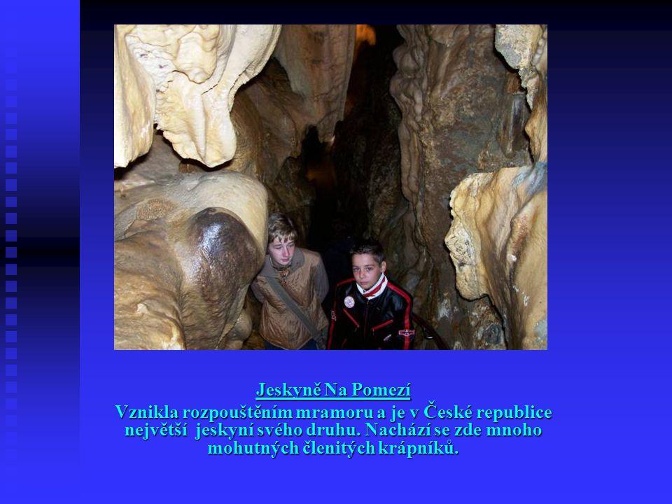 Jeskyně Na Pomezí Vznikla rozpouštěním mramoru a je v České republice největší jeskyní svého druhu. Nachází se zde mnoho mohutných členitých krápníků.