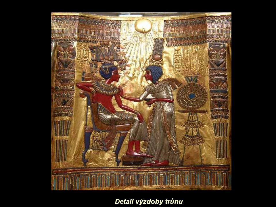 Faraónův trůnDetail postele