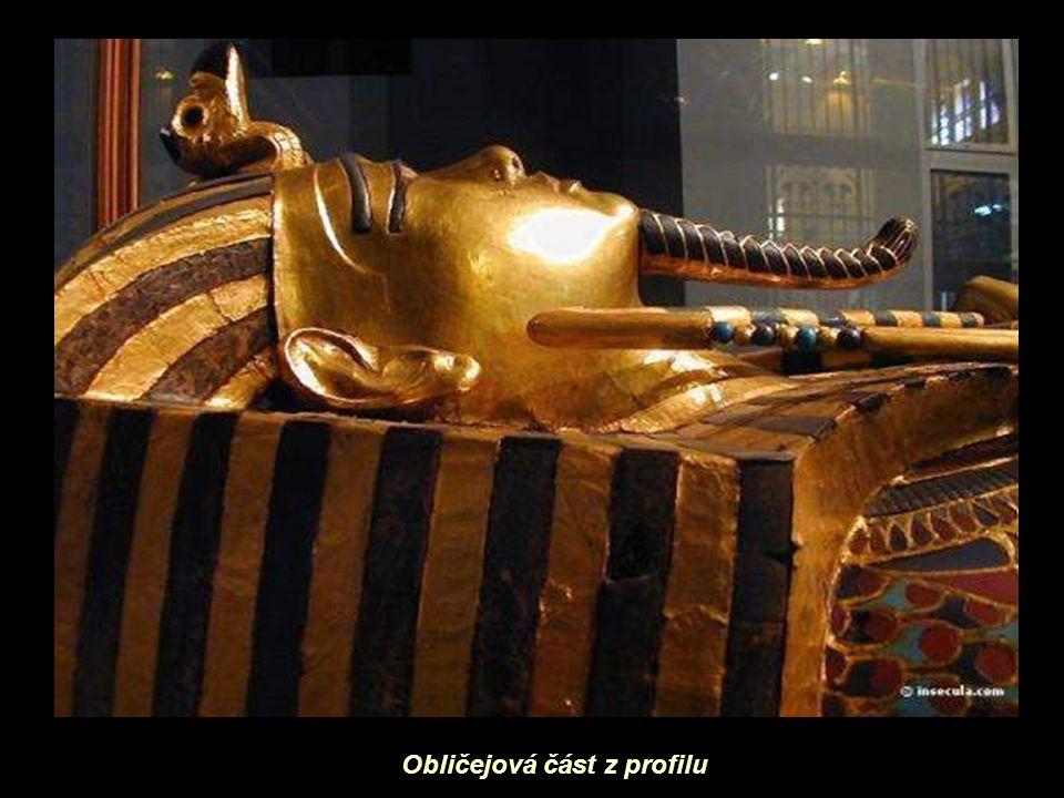 Jednotlivé sochy z faraónovy družiny