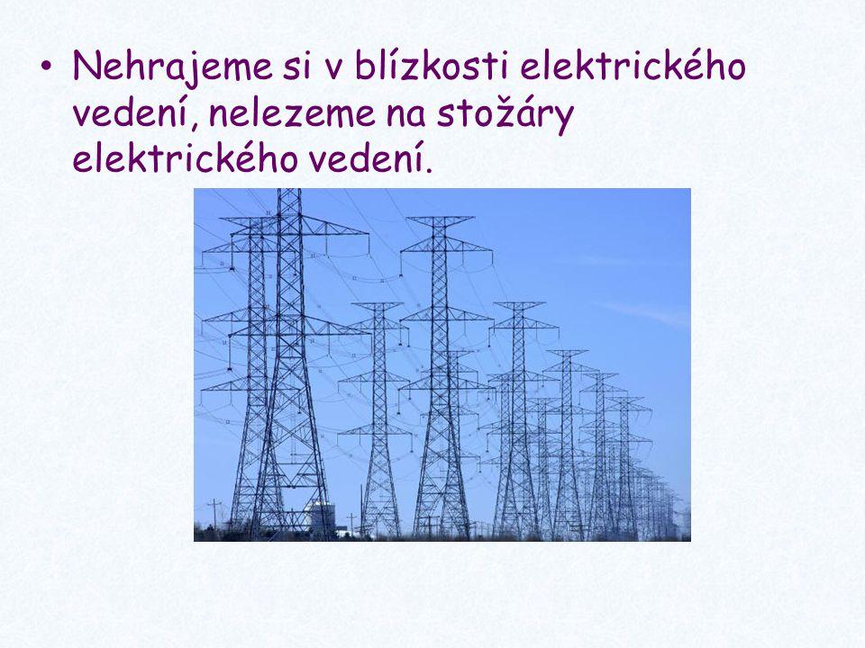 Nedotýkáme se drátů elektrického vedení spadlých na zem, ani se k nim nepřibližujeme.
