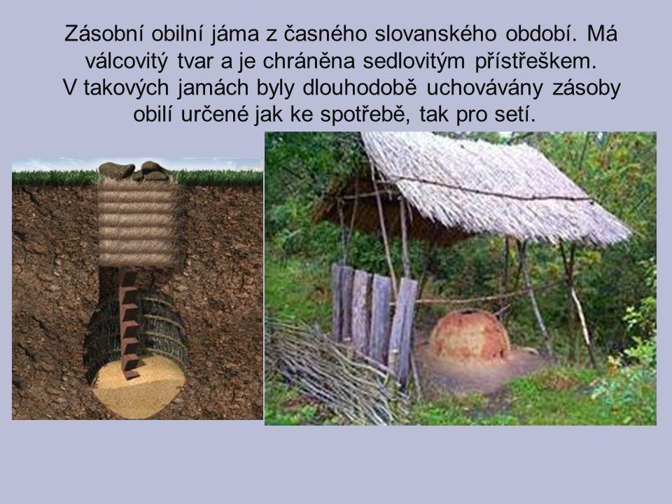 Zásobní obilní jáma z časného slovanského období. Má válcovitý tvar a je chráněna sedlovitým přístřeškem. V takových jamách byly dlouhodobě uchovávány