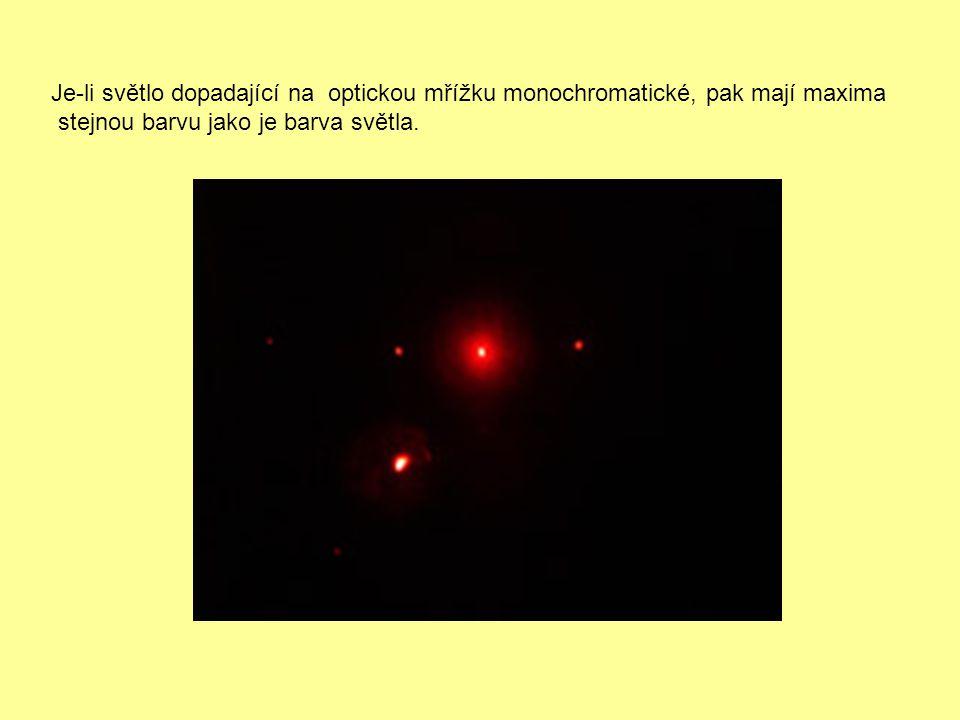 Jestliže mřížku osvětlíme bílým světlem, bude maximum nultého řádu bílé a maxima vyšších řádů jsou duhově zbarvená, přičemž nejvíce se ohýbá světlo barvy červené a nejméně světlo fialové.