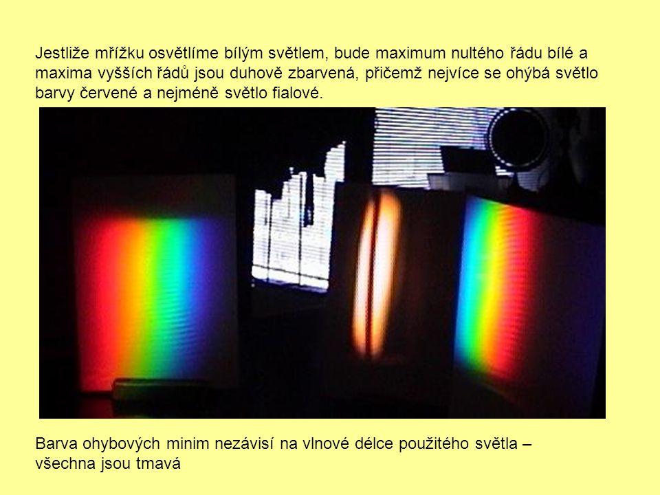 Jestliže mřížku osvětlíme bílým světlem, bude maximum nultého řádu bílé a maxima vyšších řádů jsou duhově zbarvená, přičemž nejvíce se ohýbá světlo ba