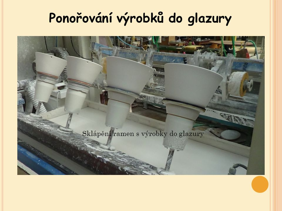 Ponořování výrobků do glazury Sklápění ramen s výrobky do glazury