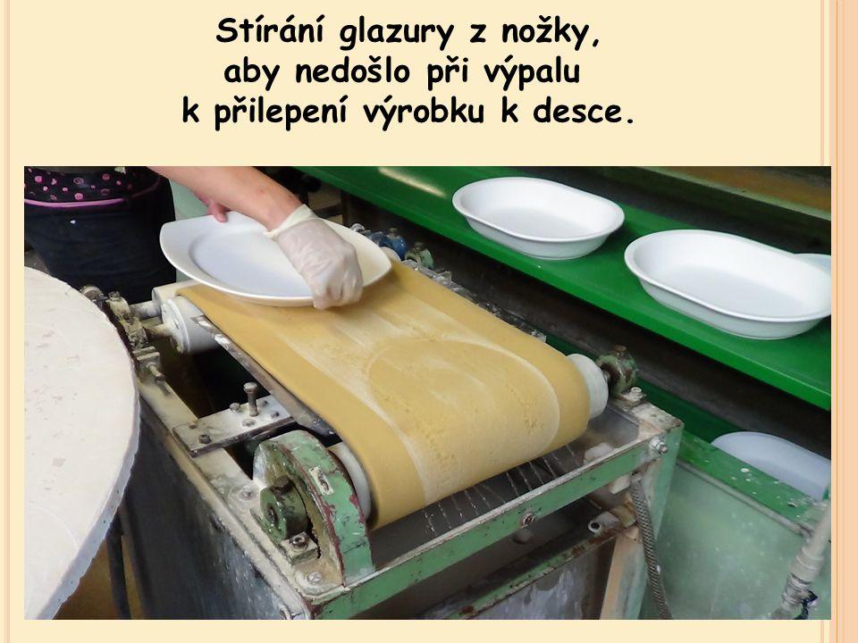 Stírání glazury z nožky, aby nedošlo při výpalu k přilepení výrobku k desce.