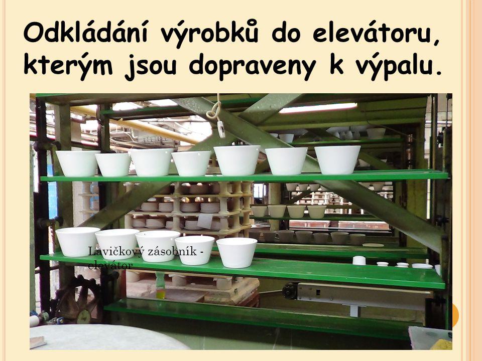 Odkládání výrobků do elevátoru, kterým jsou dopraveny k výpalu. Lavičkový zásobník - elevátor