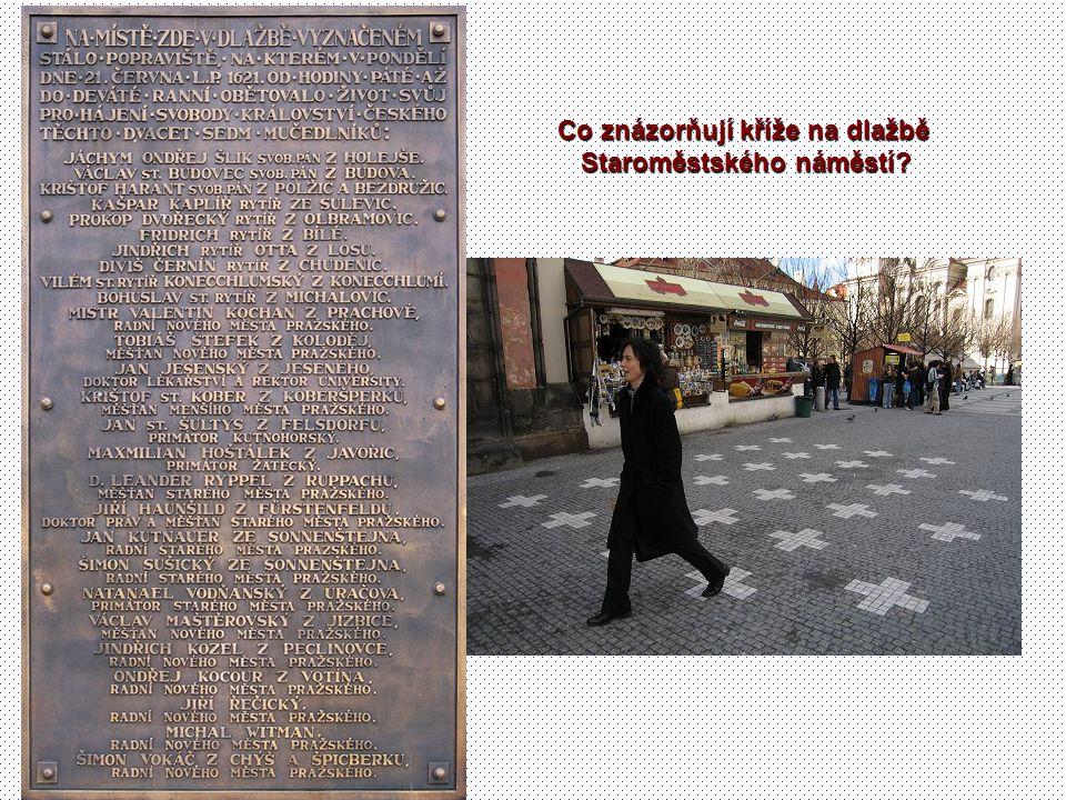 Co znázorňují kříže na dlažbě Staroměstského náměstí?