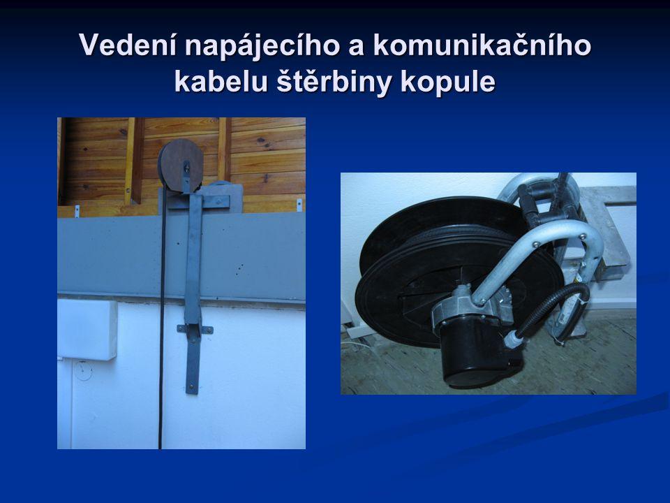 Vedení napájecího a komunikačního kabelu štěrbiny kopule
