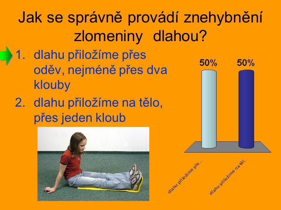Jak se správně provádí znehybnění zlomeniny dlahou? 1.dlahu přiložíme přes oděv, nejméně přes dva klouby 2.dlahu přiložíme na tělo, přes jeden kloub