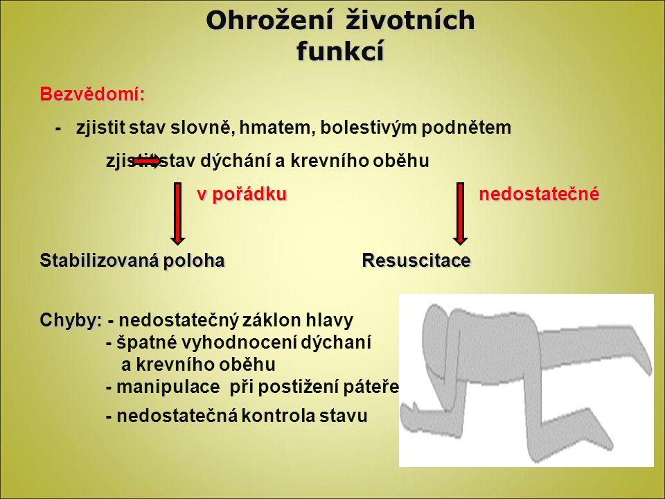 Ohrožení životních funkcí Dýchání: -zjistit efektivitu – tvář nad ústa, pohyby hrudníku, barva rtů, dutina ústní -A-airway : Dvojitý manévr (dříve trojitý) Dýchání z úst do úst: - odstranit tlak na hrudník a uvolnit dutinu ústní - postižený na zádech, hlavou manipulovat v ose těla – záklon hlavy - vložit resuscitační roušku, ucpat nos, držet bradu a zhluboka dýchat Kontrola: Kontrola: hrudník se zvedá, lepší se barva Chyby : Chyby : - zvedá se břicho (vzduch do žaludku) - nejsou dostatečně uvolněné dýchací cesty (záklon hlavy) - špatně vyhodnocená efektivita - špatné vyhodnocení stavu (gasping) Z úst do nosu: Z úst do nosu: - při poškozených ústech - u malých dětí