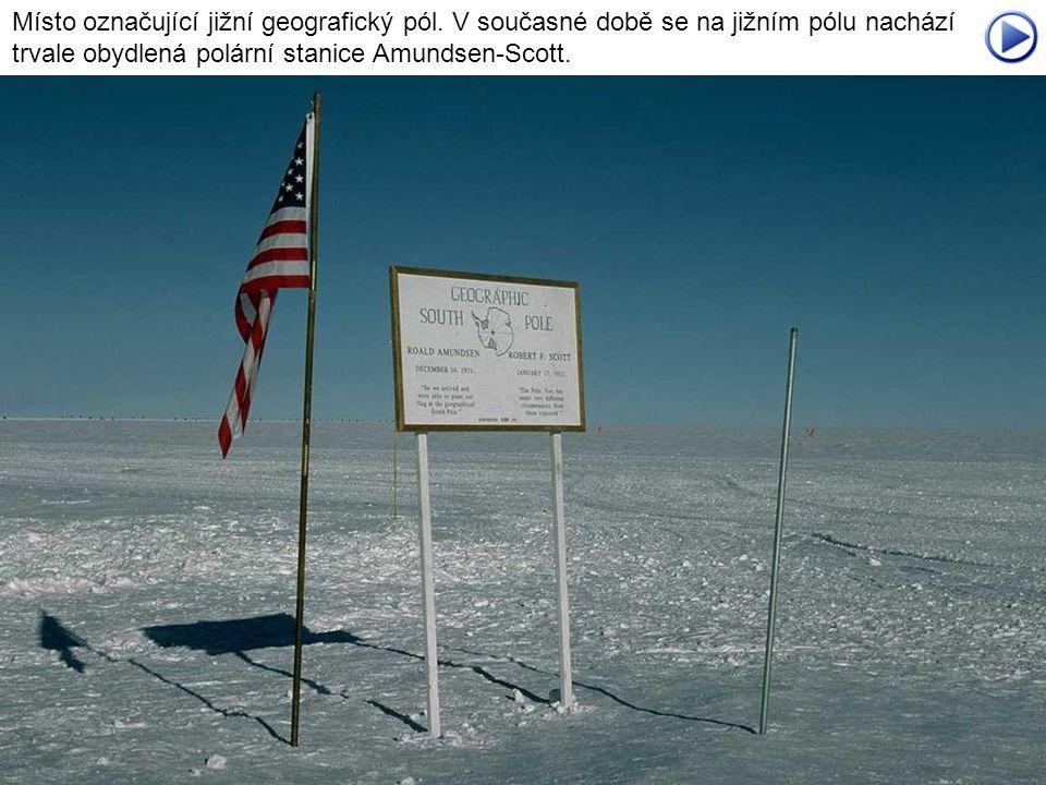 Místo označující jižní geografický pól. V současné době se na jižním pólu nachází trvale obydlená polární stanice Amundsen-Scott.