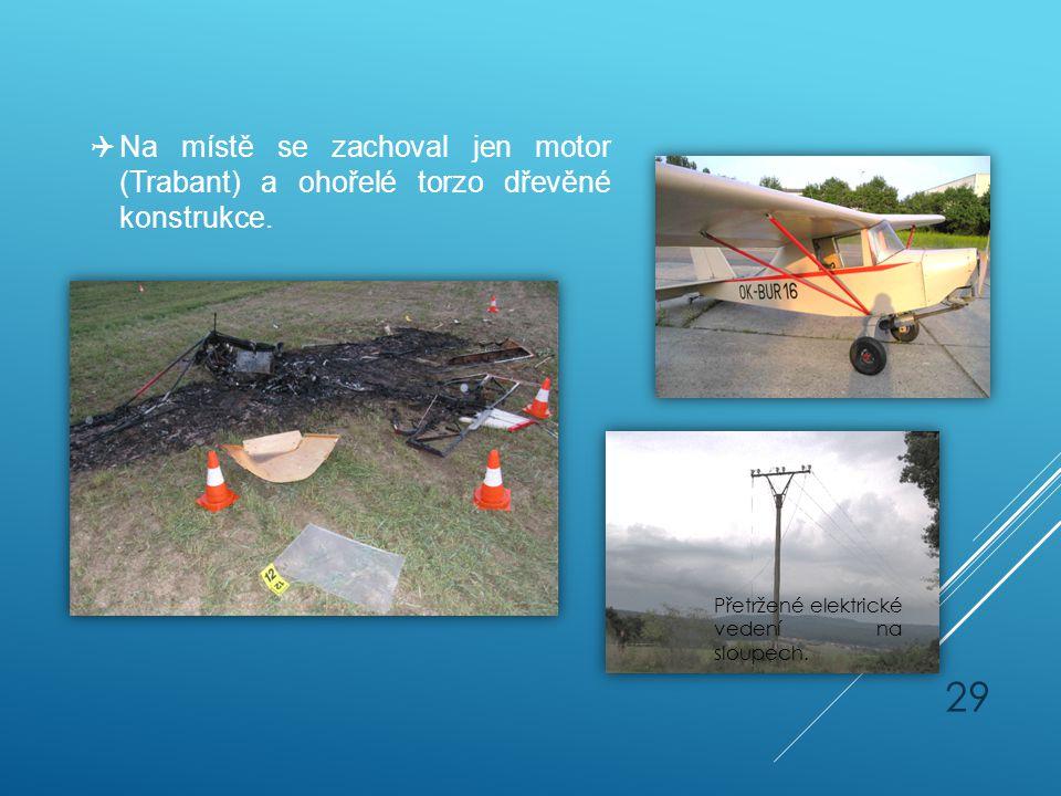  Na místě se zachoval jen motor (Trabant) a ohořelé torzo dřevěné konstrukce. Přetržené elektrické vedení na sloupech. 29