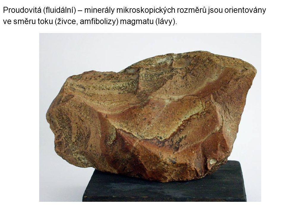 Proudovitá (fluidální) – minerály mikroskopických rozměrů jsou orientovány ve směru toku (živce, amfibolizy) magmatu (lávy).