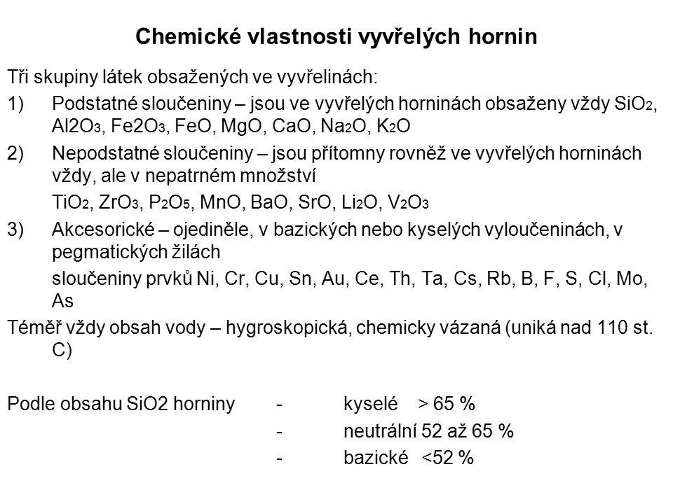 Chemické vlastnosti vyvřelých hornin Tři skupiny látek obsažených ve vyvřelinách: 1)Podstatné sloučeniny – jsou ve vyvřelých horninách obsaženy vždy S