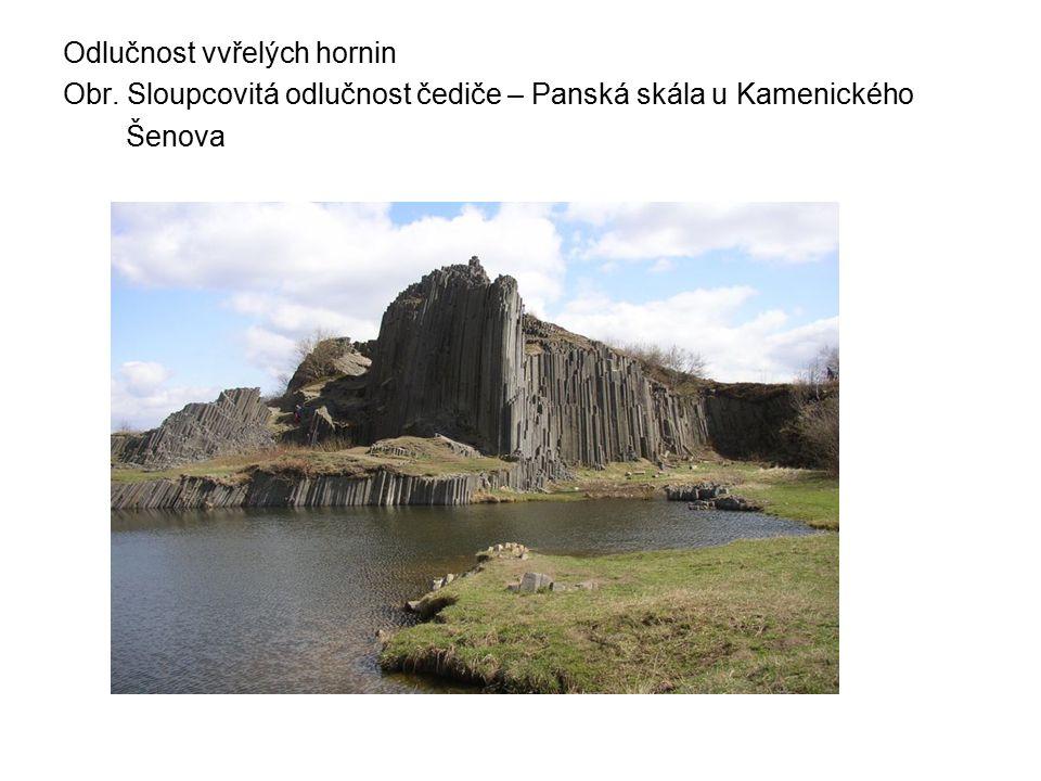 Odlučnost vvřelých hornin Obr. Sloupcovitá odlučnost čediče – Panská skála u Kamenického Šenova