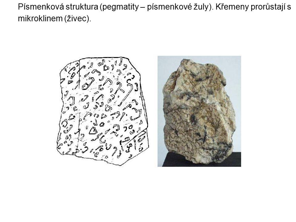 Písmenková struktura (pegmatity – písmenkové žuly). Křemeny prorůstají s mikroklinem (živec).
