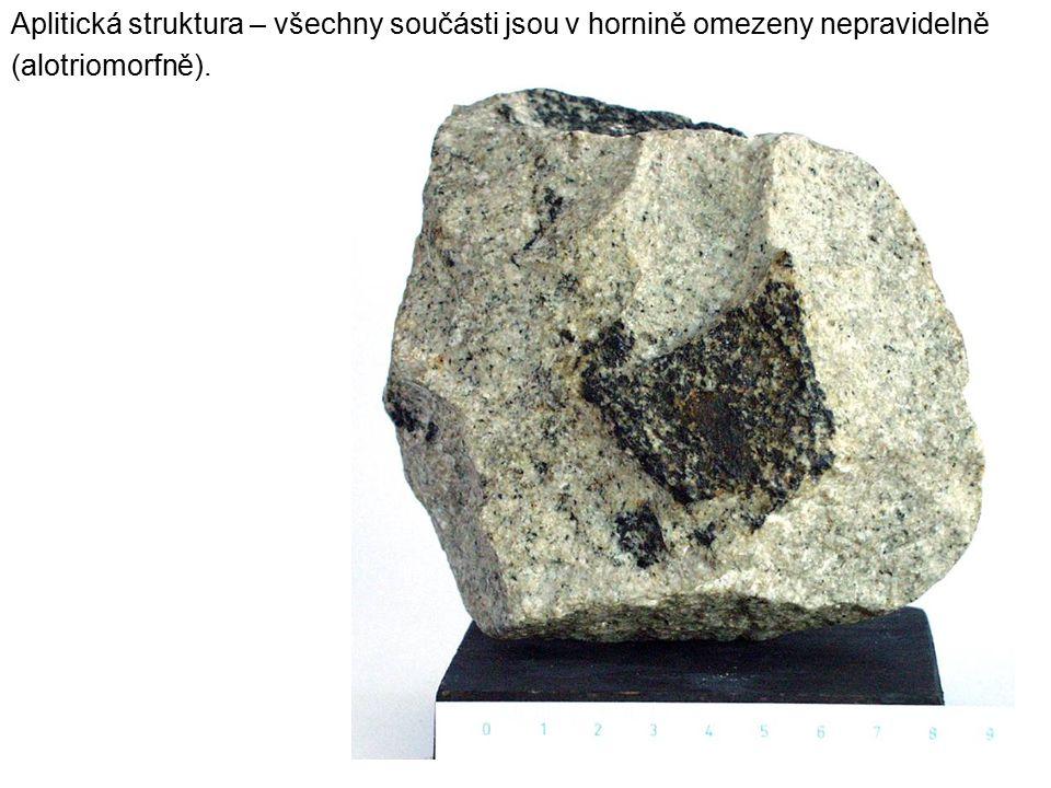 Aplitická struktura – všechny součásti jsou v hornině omezeny nepravidelně (alotriomorfně).