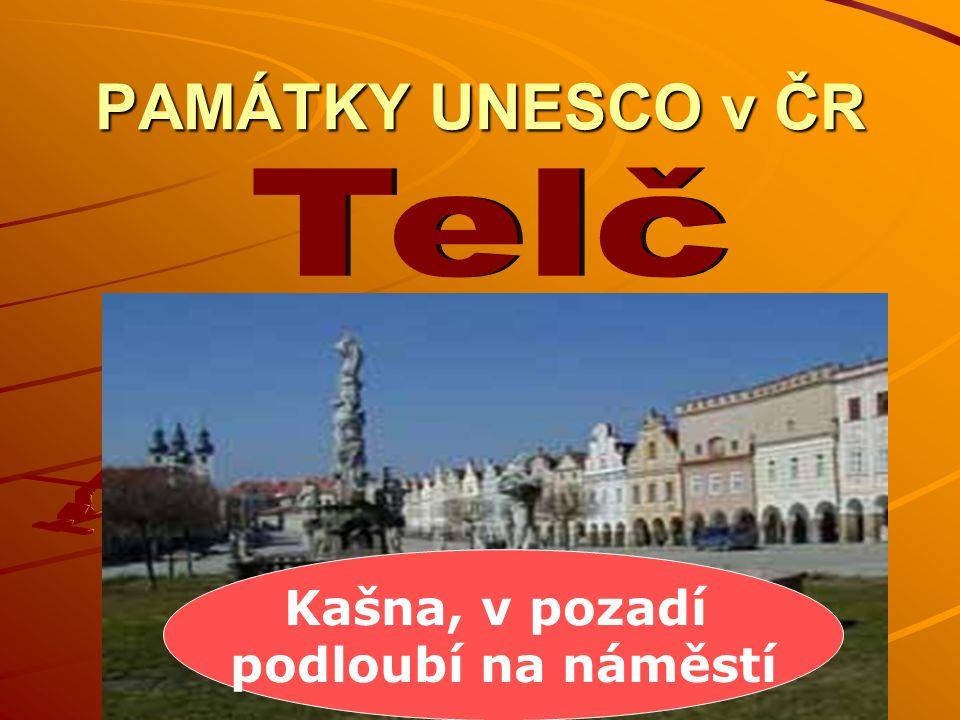 PAMÁTKY UNESCO v ČR Kašna, v pozadí podloubí na náměstí