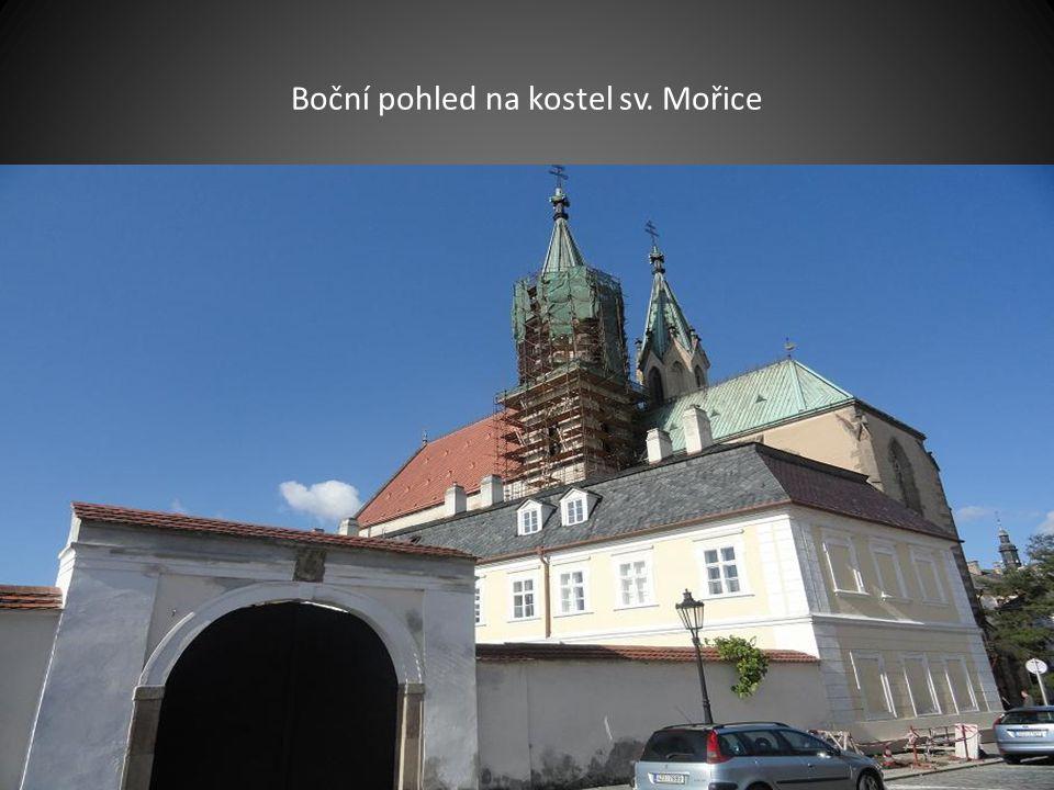 Po návštěvě zahrady jsme pokračovali v prohlídce. V pozadí jsou věže kostela sv. Mořice