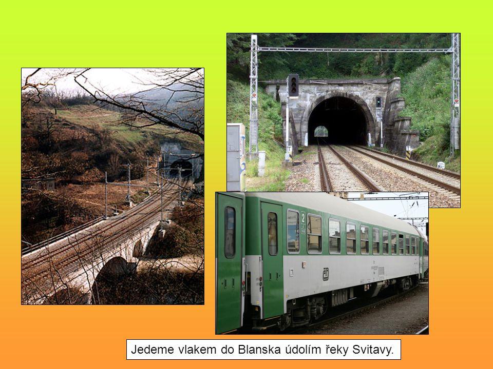 Jedeme vlakem do Blanska údolím řeky Svitavy.