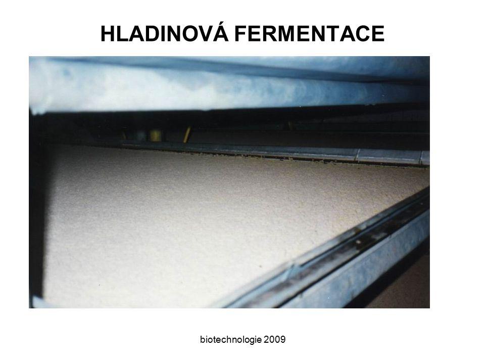 biotechnologie 2009 KYSELINA OCTOVÁ výroba již ve starověku souběžně s výrobou vína octové baktérie jsou běžně přítomné a oxidace ethanolu na kyselinu octovou následuje po ethanolovém kvašení E 260, historicky nejstarší okyselující látka Princip:enzymová oxidace ethanolu Producent:octové baktérie - Acetobacter aceti (přísně aerobní) Substrát:kvasný ethanol révová a ovocná vína a mošty