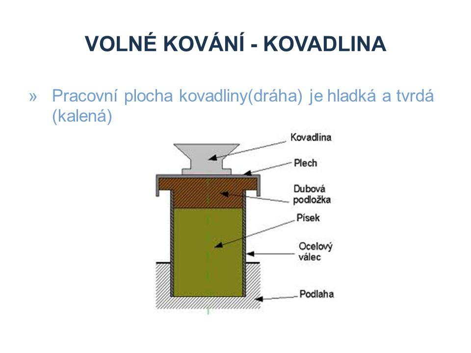 VOLNÉ KOVÁNÍ - DĚLENÍ »Ruční kování »Ručně se kove na kovadlině ručním kovářským nástrojem »Strojní kování »K volnému strojnímu kování se používá různých tvářecích strojů, zejména bucharů a lisů