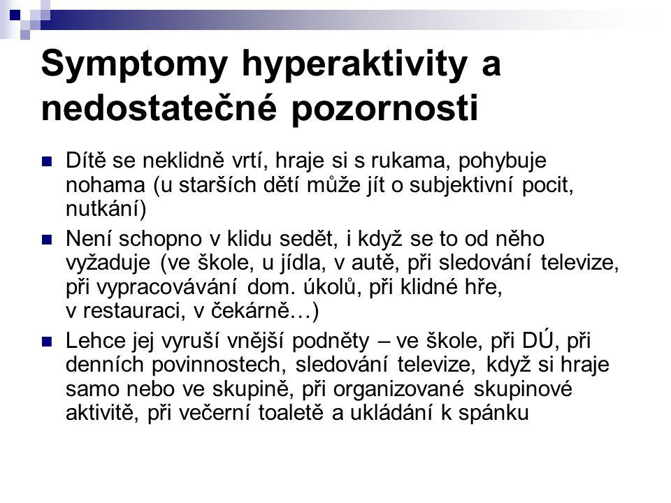 Symptomy hyperaktivity a nedostatečné pozornosti Dítě se neklidně vrtí, hraje si s rukama, pohybuje nohama (u starších dětí může jít o subjektivní poc