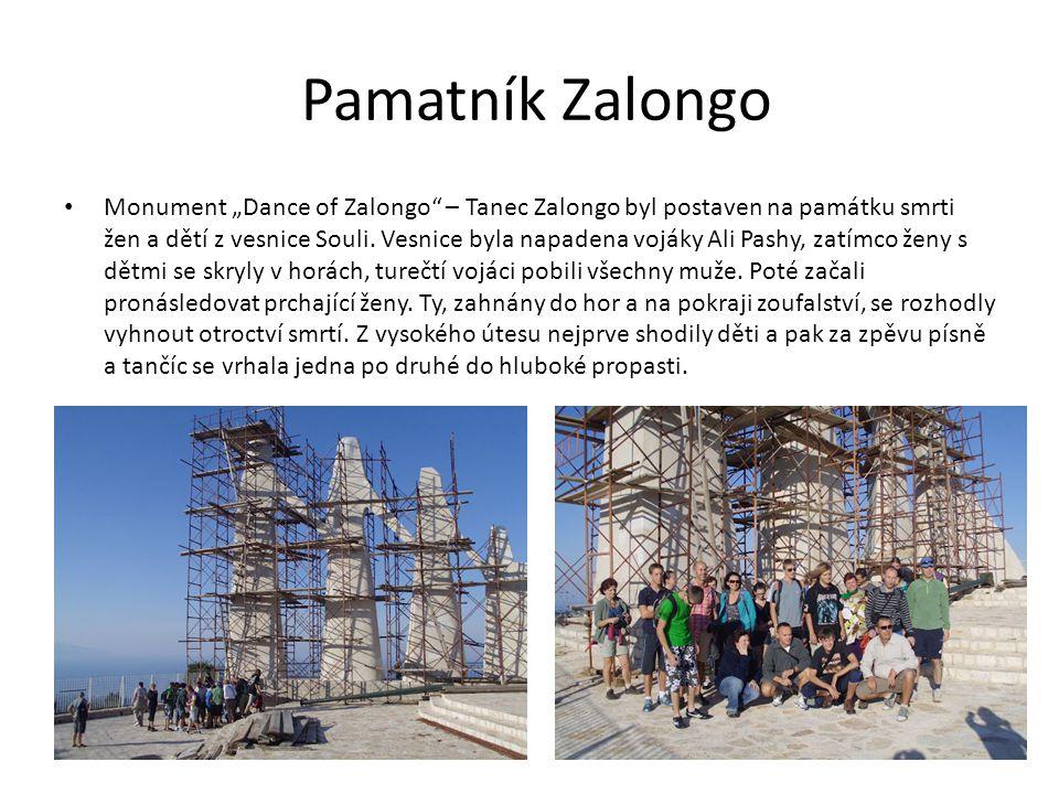 """Pamatník Zalongo Monument """"Dance of Zalongo – Tanec Zalongo byl postaven na památku smrti žen a dětí z vesnice Souli."""